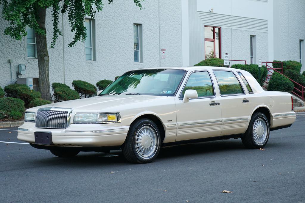 A '97 Town Car similar to Prince's   Ebay